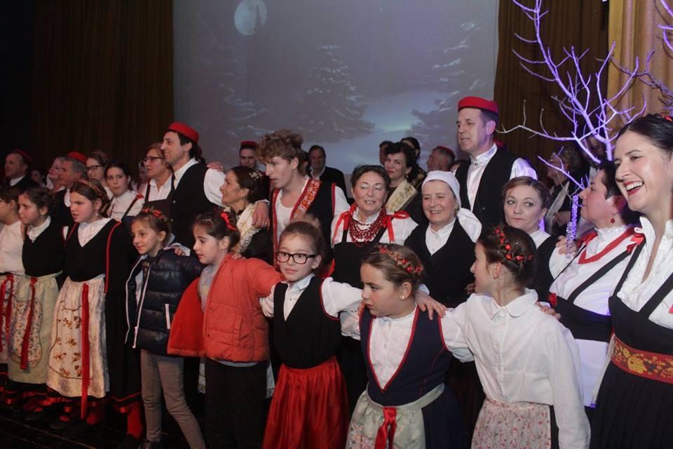 Napjevi, kola i igre oduševili publiku u Sv. Filip i Jakovu