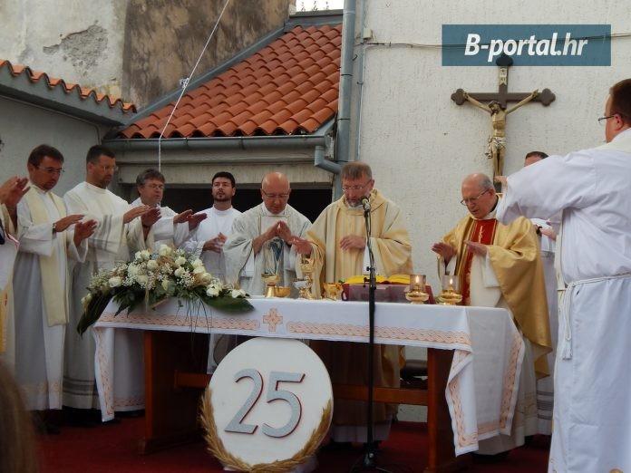 Don Marinko Duvnjak održao zahvalnu svetu misu u povodu 25 godina svećeništva i oprostio se od vjernika pred odlazak u novu župu