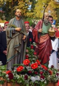 Veličanstvena povijesna procesija s dva kipa