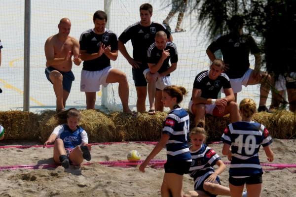 Dečki i cure u nepoštednoj borbi na pijesku!
