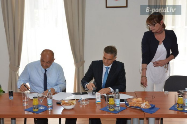 B-Portal : Ministar Goran Marić i načelnik Zoran Pelicarić potpisali ugovor: Kula Turanj prešla u ruke Općine Sv. Filip i Jakov